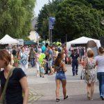 Menschen schlendern auf einer geschmückten Straße